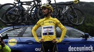 Le Français Julian Alaphilippe lors de l'arrêt de la 19e étape du Tour de France pour cause de route impraticable le 26 juillet 2019
