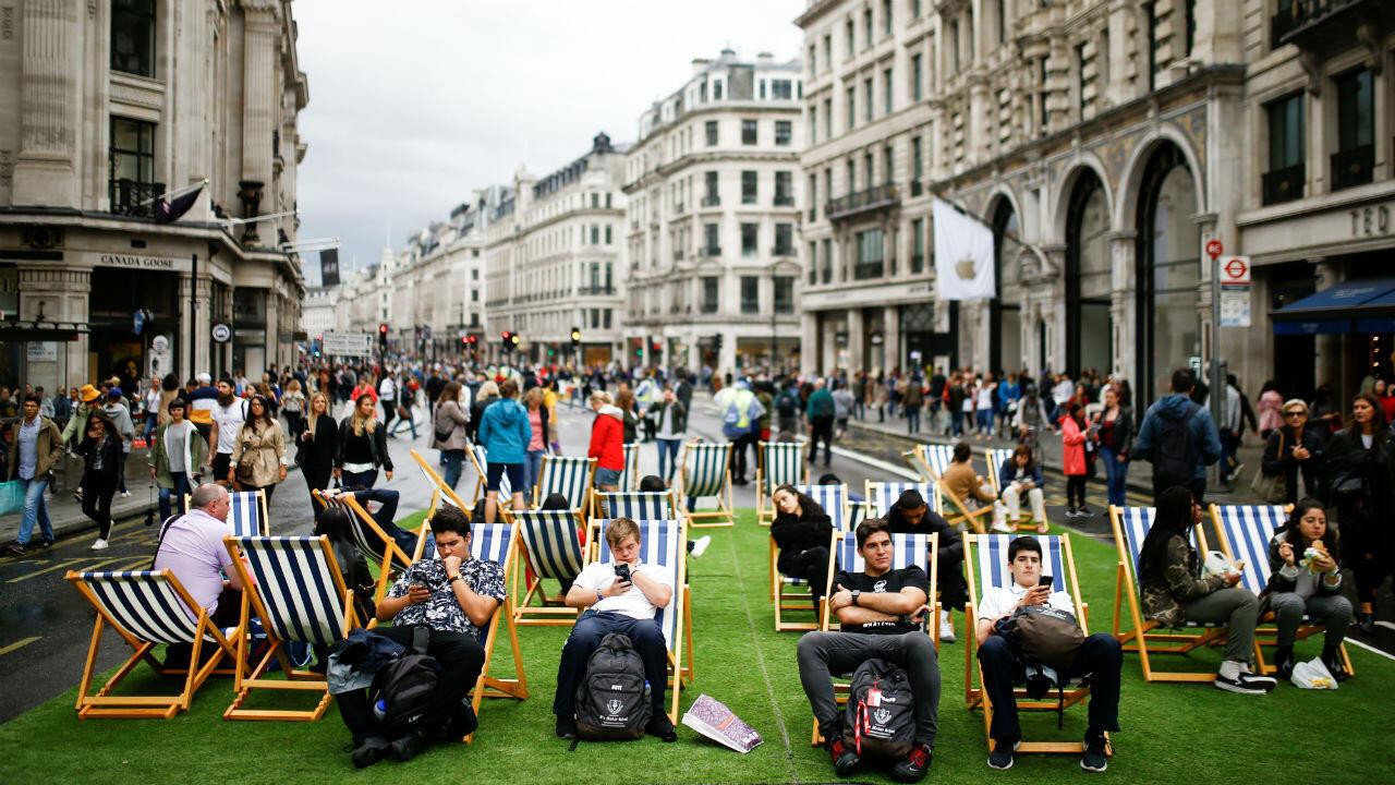 La gente se relaja en las sillas ubicadas en medio de la calle Regent mientras las principales vías de Londres permanecen cerradas durante el 'Día sin automóviles', el 22 de septiembre de 2019.