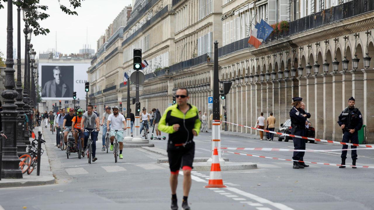 Los turistas paseando en París. El día sin automóvil les permitió pasear por las vías alrededor de puntos de referencia tales como la Torre Eiffel y el Arco de Triomphe por quinto año consecutivo.