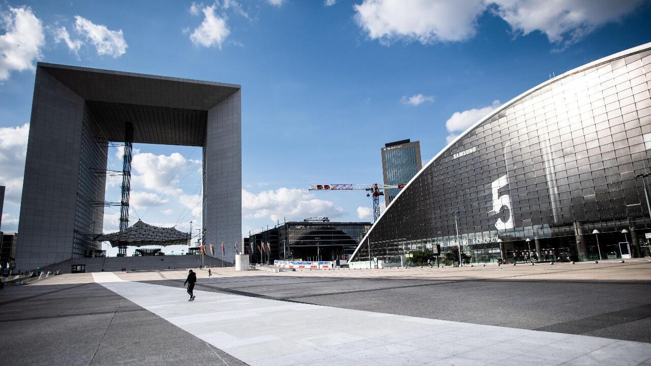 Photo d'archives montrant le quartier des affaires de La Défense, à la périphérie de Paris, désert en raison du confinement.