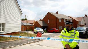 Un agente de policía vigila el lugar en donde fue encontrada la pareja inconsciente en la ciudad de Amesbury, Inglaterra, el 5 de julio de 2018.