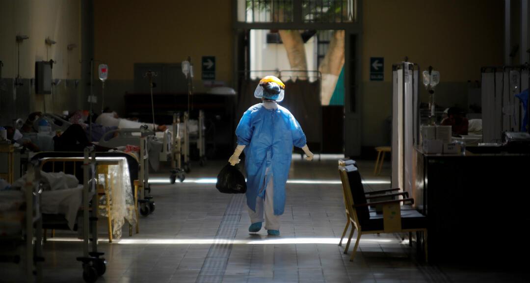 Una enfermera entra en una sala reservada para pacientes diagnosticados con coronavirus en el hospital nacional Dos de Mayo, en Lima, Perú , el 16 de abril de 2020.