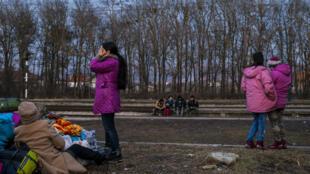 Des enfants migrants jouent près d'une voie ferrée à la frontière entre la Macédoine et la Serbie.