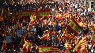 Los partidarios de la unidad española asisten a una manifestación para pedir la convivencia en Cataluña, en Barcelona, España, el 27 de octubre de 2019.