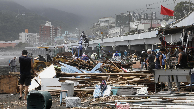 El tifón Jongdari, azotó las zonas más afectadas por inundaciones y deslizamientos en Japón. Playa de Yugawara, Japón, 29 de julio de 2018.