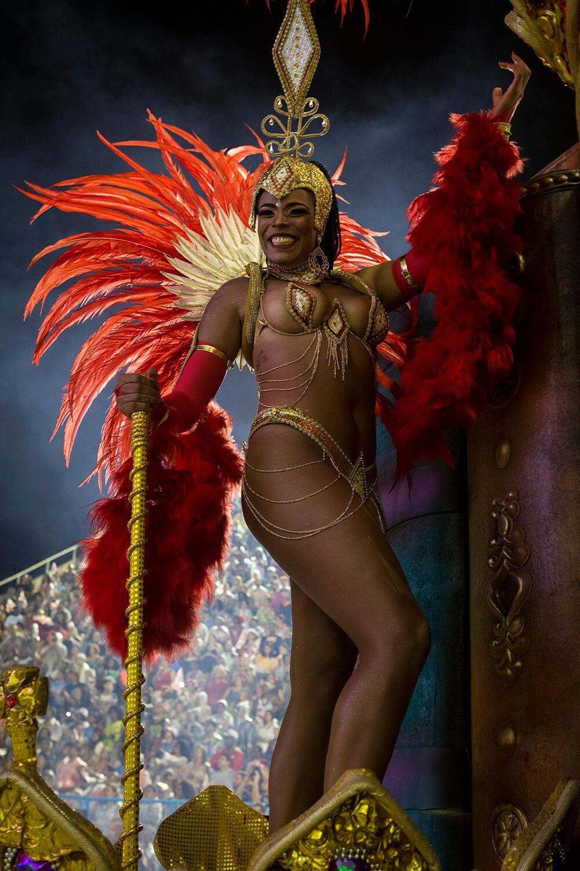 Los carros alegóricos, completamente decorados, transportan a personas disfrazadas que bailan durante todo el desfile. Escuela Viradouro (Carnaval 2019).