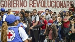 La foule attend la distribution d'aide humanitaire à Caracas, le 16 avril 2019.