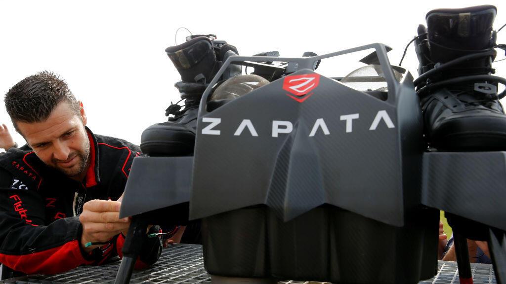El inventor francés Franky Zapata revisa un Flyboard antes de cruzar el canal inglés desde Sangatte en Francia hasta Dover, en el aeródromo de Saint-Inglevert cerca de Calais, Francia, el 24 de julio de 2019.