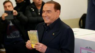 El líder del partido Forza Italia, Silvio Berlusconi, vota en una mesa electoral en Milán, Italia, el 4 de marzo de 2018.
