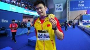Le Chinois Sun Yang pose avec sa médaille d'or après sa victoire en finale du 200 m libre aux Mondiaux de natation, le 23 juillet 2019 à Gwangju