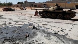 دبابة تابعة لقوات الوفاق الوطني الليبية خلال معارك بوادي ربيع قرب طرابلس - 28 مايو/أيار 2019