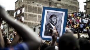 Des partisans de Raila Odinga brandissent un portrait du leader de l'opposition à Mathare, dans la banlieue de Nairobi.