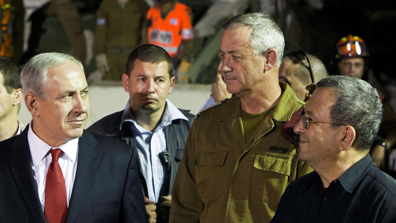 Foto de archivo: el primer ministro de Israel, Benjamin Netanyahu y el teniente general militar Benny Gantz intercambian miradas después de observar un simulacro de terremoto cerca de Tel Aviv, Israel, el 21 de octubre de 2012.