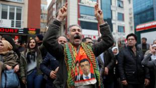 Los partidarios de Selahattin Demirtas, el líder encarcelado del Partido Democrático de los Pueblos (HDP), gritan consignas frente a un tribunal en Estambul, Turquía, el 12 de enero de 2018