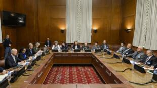 L'émissaire del'ONU, Staffan de Mistura, et le principal groupe de l'opposition syrienne le 1er février 2016 à Genève.