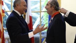 Le 27 septembre 2013, le romancier Philip Roth reçoit les insignes de la Légion d'honneur des mains de Laurent Fabius, au consulat français de New York.