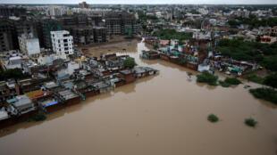 آثار الدمار الذي خلفته الفيضانات في منطقة أحمد أباد بالهند. 10 أغسطس/آب 2019.