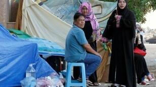 عمال فيليبينيون في خيمة في قنصلية بلادهم في جدة