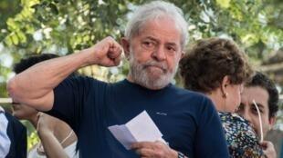 El expresidente de Brasil, Luiz Inácio Lula da Silva, levanta el brazo después de asistir a una misa católica en memoria de su difunta esposa Marisa Leticia en Sao Bernardo do Campo, Brasil, el 7 de abril de 2018.