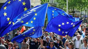 """Banderas de la Unión Europea se agitan mientras las personas participan en la manifestación """"Una Europa para todos"""", un mitin contra el nacionalismo en toda la Unión Europea, en Viena, Austria, 19 de mayo de 2019."""