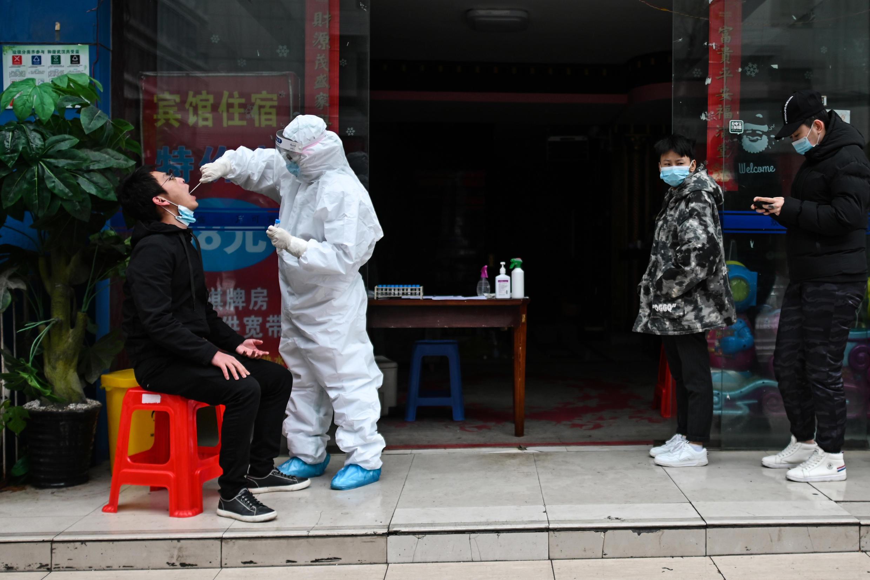 صينيون ينتظرون في صف لإجراء فحص الكشف عن الإصابة بفيروس كورونا في ووهان عاصمة ولاية هوباي الصينية في 29 آذار/مارس 2020