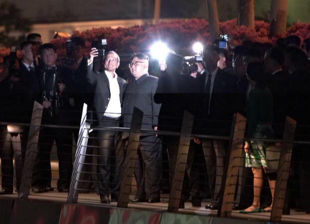 Kim Jong-un posant pour un selfie avec le ministre singapourien des Affaires étrangères, Vivian Balakrishnan, dans la nuit du lundi 11 au mardi 12 juin, à Singapour.