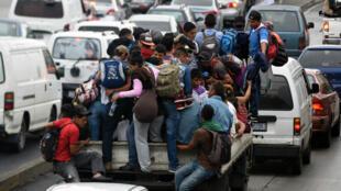 Des migrants honduriens sur un camion, à Guatemala City. Direction les États-Unis.
