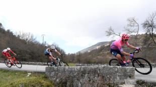 Les coureurs italien Alberto Bettiol (d), français Aurélien Paret-Peintre (C) et Anthony Perez se suivent à distancde respectable  dans une descente de l'étape de Paris-Nice entre Nice et Valdeblore La Colmiane le 14 mars 2020