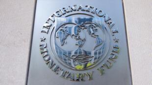 صورة التقطت في 15 نيسان/أبريل 2020، تظهر لافتة خارج مقر صندوق النقد الدولي