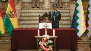 Le decorum de la prestation de serment des ministres du gouvernement interimaire consacre le retour de la foi catholique à la tête de la Bolivie.رئيسة بوليفيا المؤقتة أثناء تشكيل الحكومة.