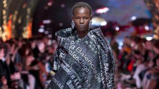 Une mannequin du défilé Balenciaga à la Fashion Week de Paris, octobre 2018.