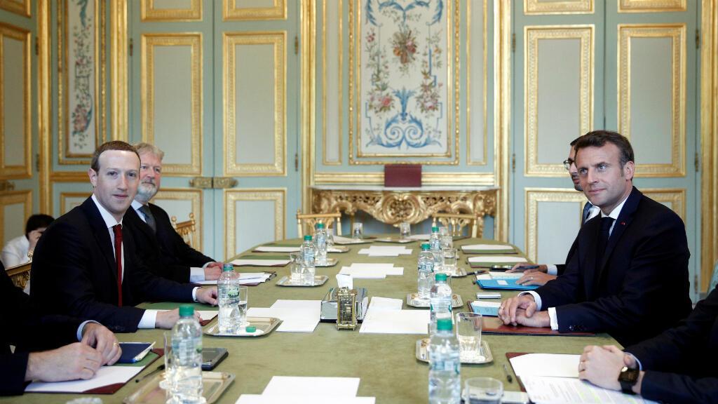 El presidente francés, Emmanuel Macron, se reúne con el CEO y co-fundador de Facebook Mark Zuckerberg en el Palacio del Elíseo en París, Francia, el 10 de mayo de 2019.