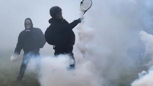 Un occupant de la ZAD affronte des tirs de gaz lacrymogène à coup de raquette de tennis, le 10 avril 2018.
