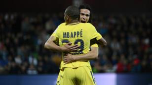 59e minute sur la pelouse de Metz : Kylian Mbappé dans les bras de son coéquipier Edinson Cavani pour célébrer son premier but sous les couleurs du PSG.