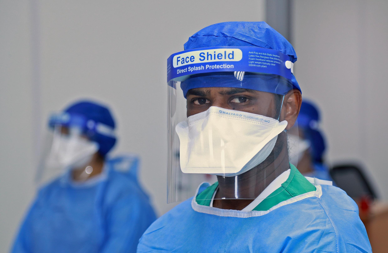 أطباء بمستشفى ميداني في الدوحة لمعالجة المصابين بفيروس كورونا. 13 مايو/أيار 2020.