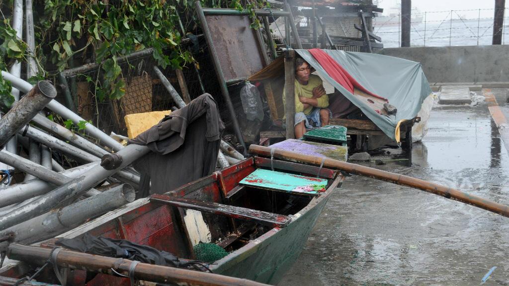 باتت المنطقة معزولة ومحرومة من التيار الكهربائي ووسائل الإتصال بسبب الإعصار