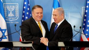 El secretario de Estado de EE. UU. Mike Pompeo y el premier israelí Netanyahu se saludan en una rueda de prensa en Tel Aviv. 28/4/18