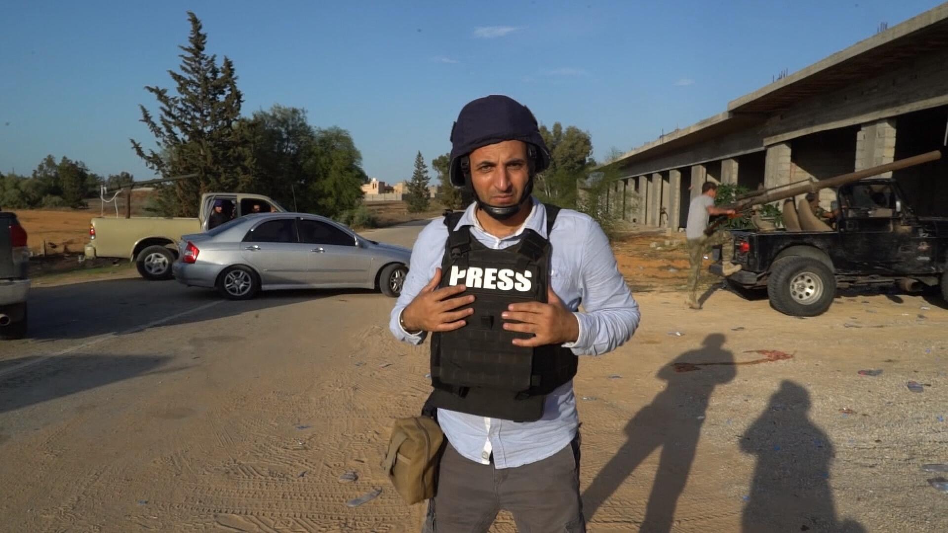 عبد الله ملكاوي خلال إنجازه سلسلة الريبورتاجات في ليبيا