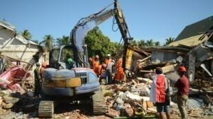 فرق إنقاذ إندونيسية تبحث عن ضحايا تحت الأنقاض في قرية سيغار بنجالين بشمال جزيرة لومبوك في 8 آب/أغسطس 2018