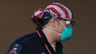 مسعف في أحد مستشفيات نيويورك في 5 نيسان/أبريل 2020