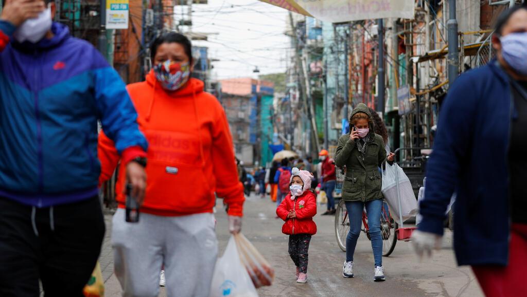 Estos habitantes caminan por el barrio popular de Villa 31, en Buenos Aires, Argentina, el 6 de mayo de 2020, días antes de que comenzara el desconfinamiento durante la pandemia del Covid-19.