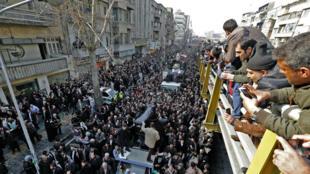 La foule assiste au passage du convoi transportant le cercueil d'Akbar Hachemi Rafsandjani à Téhéran le 10 janvier 2017.