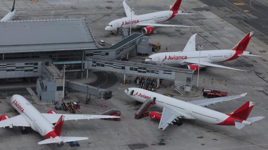Imagen de archivo que muestra la parálisis del tráfico aéreo, con aviones de la aerolínea Avianca estacionados en el aeropuerto de El Dorado en Bogotá, Colombia.