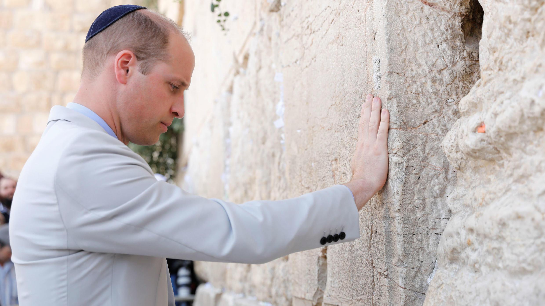 El Príncipe William de Reino Unido en el Muro de los Lamentos, el lugar de oración más sagrado del judaísmo, en la Ciudad Vieja de Jerusalén, el 28 de junio de 2018.