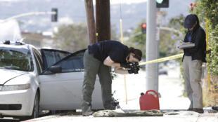 La police photographie des objets saisis dans la voiture d'un homme arrêté dimanche 12 juin à l'aube, qui préparait une attaque contre la Gay Pride de Santa Monica, en Californie.