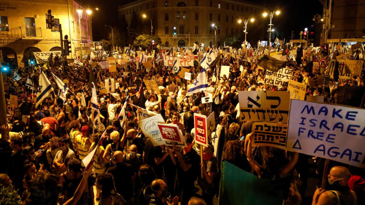 Manifestantes se reúnen en una manifestación contra el Gobierno israelí, cerca de la residencia del primer ministro, en Jerusalén, el 1 de agosto de 2020.