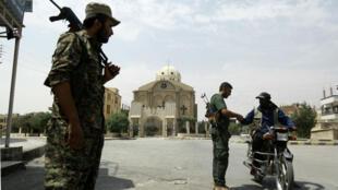 Des membres de la police kurde, les Assayech, contrôlent un conducteur à Hassaké, le 22 août 2016.
