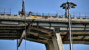 Des techniciens à l'oeuvre sur la partie ouest des vestiges du pont Morandi à Gênes le 8 février 2019.