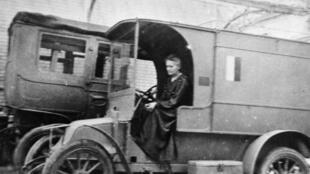 Marie Curie dans une voiture radiologique en octobre 1917.