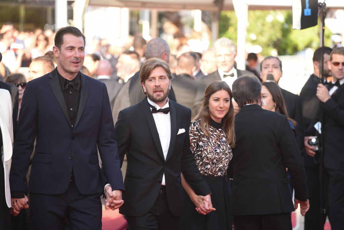 Ruben Östlund arrive sur le tapis rouge avec son équipe. Le cinéaste suédois apprendra quelques minutes plus tard que la prestigieuse Palme d'Or lui a été attribuée.